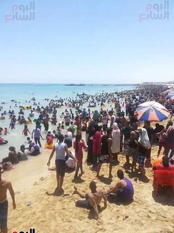 المواطنون يهربون من حرارة الجو لشواطئ السخنة (1)