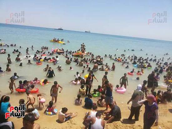 المواطنون يهربون من حرارة الجو لشواطئ السخنة (2)