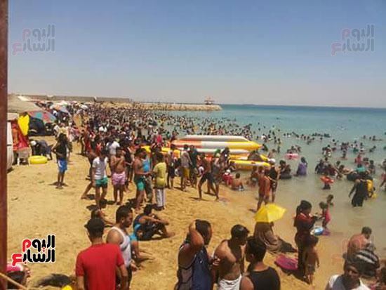 المواطنون يهربون من حرارة الجو لشواطئ السخنة (3)