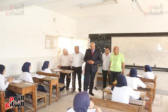 أحمد الهياتمى محافظ السويس يتفقد الامتحانات (1)