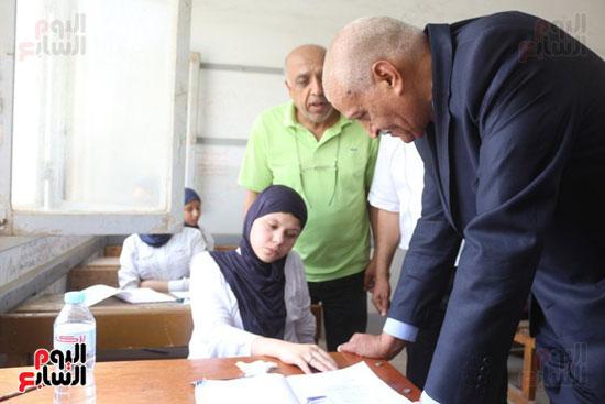 أحمد الهياتمى محافظ السويس يتفقد الامتحانات (2)