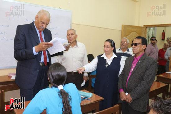أحمد الهياتمى محافظ السويس يتفقد الامتحانات (4)