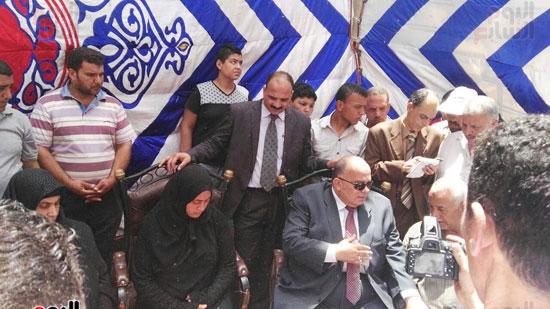 حسام الدين امام محافظ الدقهليه يقدم واجب العزاء لاسره الشهيد احمد ابراهيم ابراهيم المتولى (2)