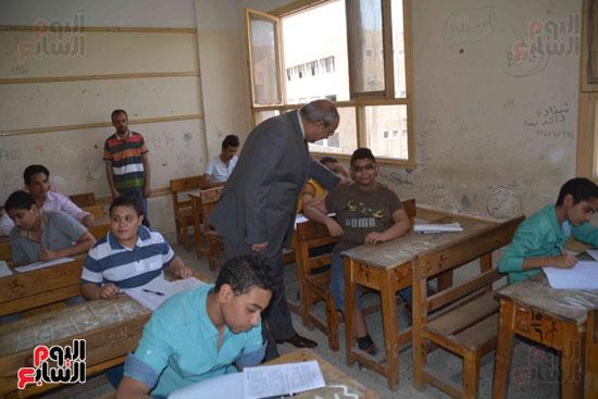 محافظ المنيا يتفقد لجان الامتحانات  (1)