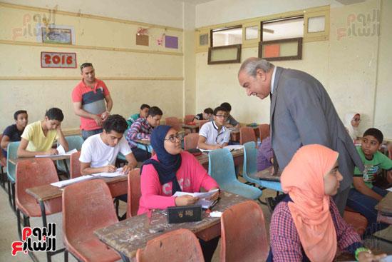 محافظ المنيا يتفقد لجان الامتحانات  (10)