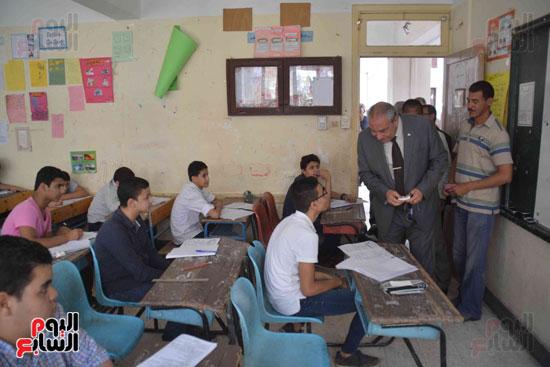 محافظ المنيا يتفقد لجان الامتحانات  (7)