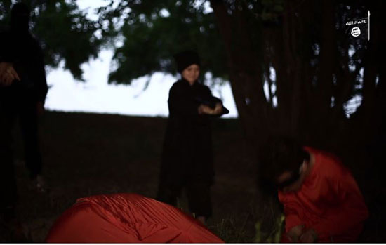 أطفال-داعش-يعدمون-سوريين-(12)