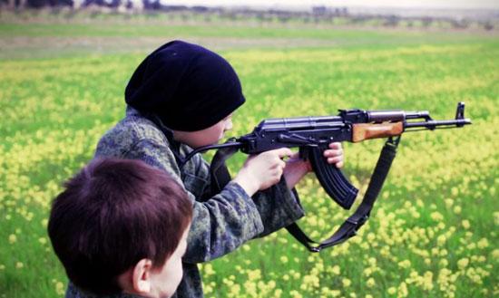 أطفال-داعش-يعدمون-سوريين-(6)