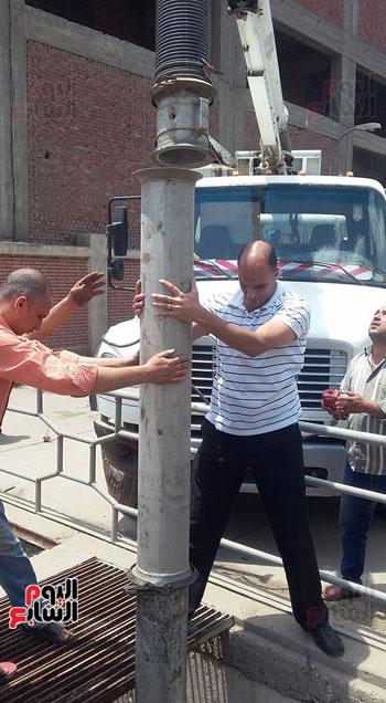 أعمال شفط المازوت من آبار الصرف الصحى بالمحلة (4)