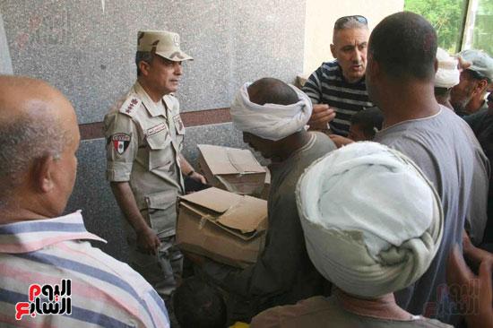 القوات المسلحة توزع مواد غذائية على المواطنين (1)