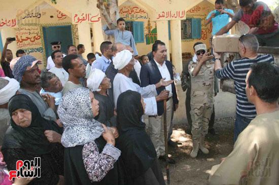 القوات المسلحة توزع مواد غذائية على المواطنين (2)