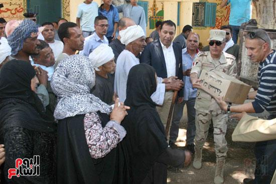 القوات المسلحة توزع مواد غذائية على المواطنين (3)