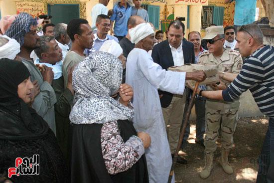 القوات المسلحة توزع مواد غذائية على المواطنين (4)