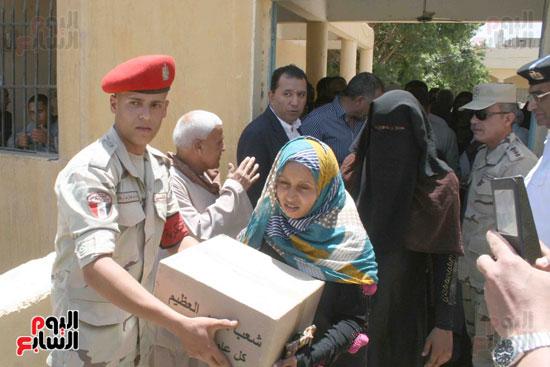 القوات المسلحة توزع مواد غذائية على المواطنين (6)