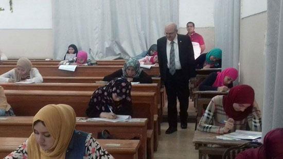 رئيس جامعة الزقازيق يتفقد أعمال الامتحانات  (1)