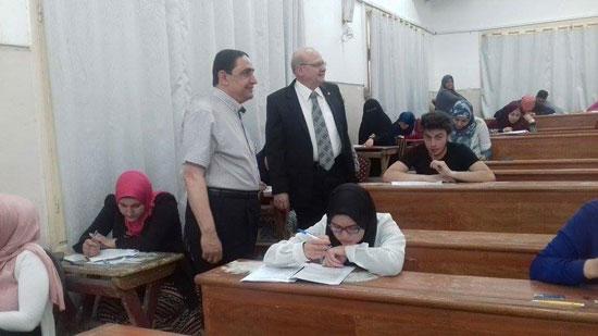 رئيس جامعة الزقازيق يتفقد أعمال الامتحانات  (4)