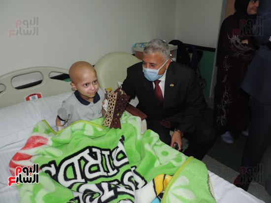 زيارة مدير أمن الغربية لمستشفى سرطان الأطفال (1)