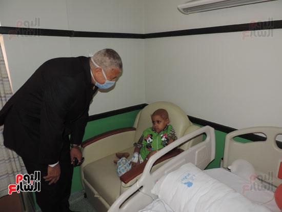 زيارة مدير أمن الغربية لمستشفى سرطان الأطفال (2)