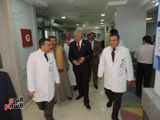 زيارة مدير أمن الغربية لمستشفى سرطان الأطفال (4)