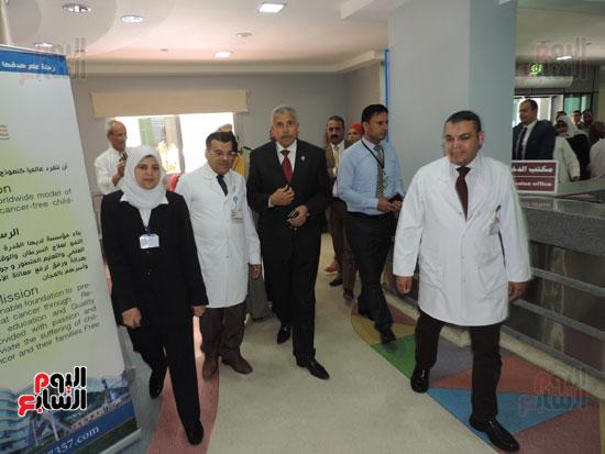 زيارة مدير أمن الغربية لمستشفى سرطان الأطفال (5)