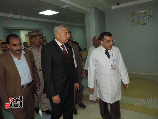 زيارة مدير أمن الغربية لمستشفى سرطان الأطفال (6)