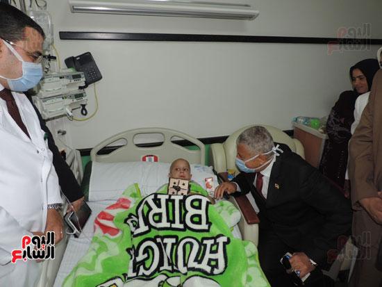 زيارة مدير أمن الغربية لمستشفى سرطان الأطفال (7)