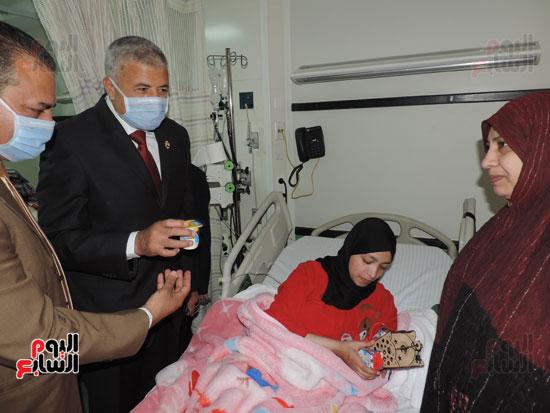 زيارة مدير أمن الغربية لمستشفى سرطان الأطفال (8)
