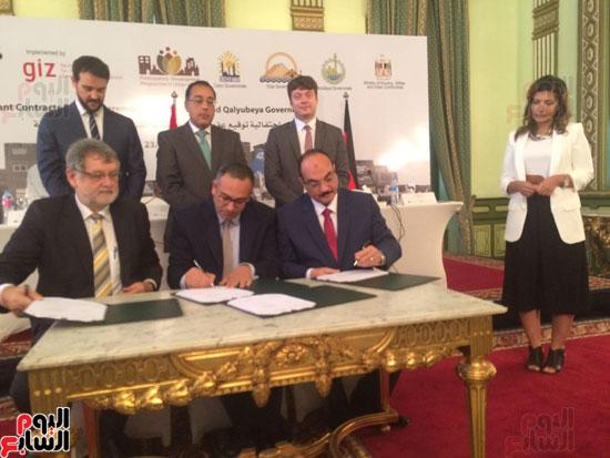 محافظ القليوبية يوقع اتفاقية منحة الاتحاد الاوروبى (2)