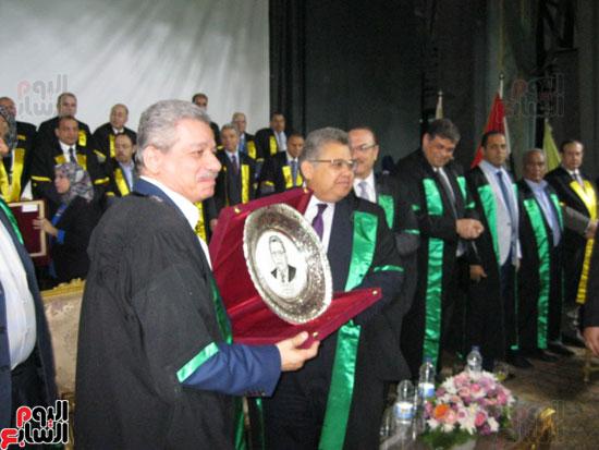 وزير التعليم العالى يكرم رؤساء جامعة بنى سويف السابقين (1)