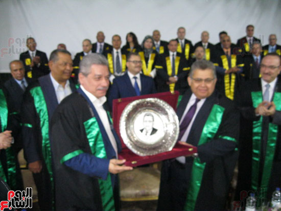 وزير التعليم العالى يكرم رؤساء جامعة بنى سويف السابقين (2)