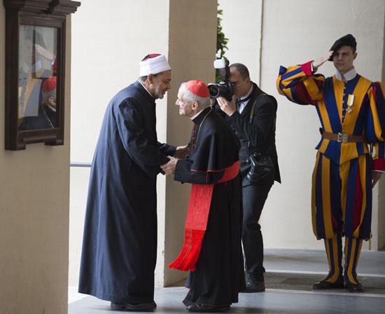 البابا فرنسيس والإمام الأكبر أحمد الطيب  (2)