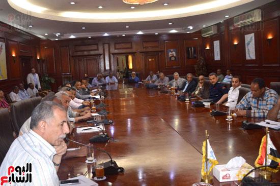 محافظ الأقصر يبحث مع التنفيذيين خطة استقبال شهر رمضان (6)