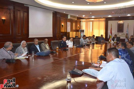 محافظ الأقصر يبحث مع التنفيذيين خطة استقبال شهر رمضان (7)