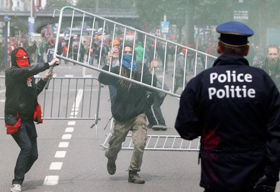إصابات فى صفوف الشرطة ومتظاهرين فى بلجيكا (2)