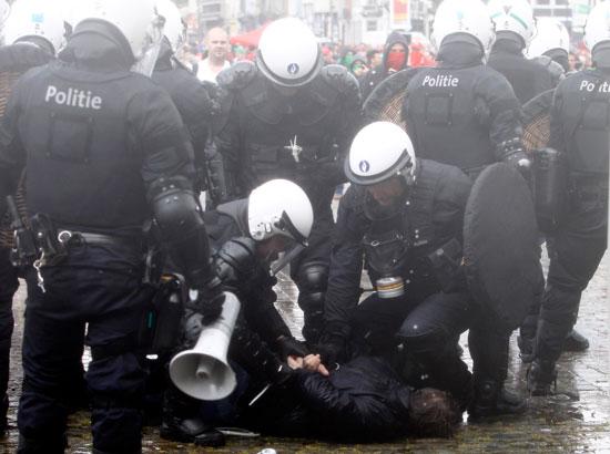إصابات فى صفوف الشرطة ومتظاهرين فى بلجيكا (4)