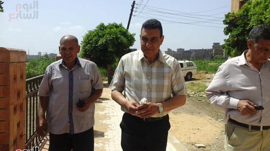رئيس-مركز-ومدينة-فوه-بكفر-الشيخ-يتفقد-أعمال-إنشاء-كورنيش-النيل-(1)