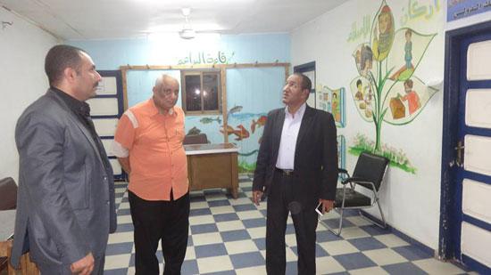 رئيس مدينة الإقصر يناقش مشروع تشغيل الشباب فى حملات النظافة البيئية (1)