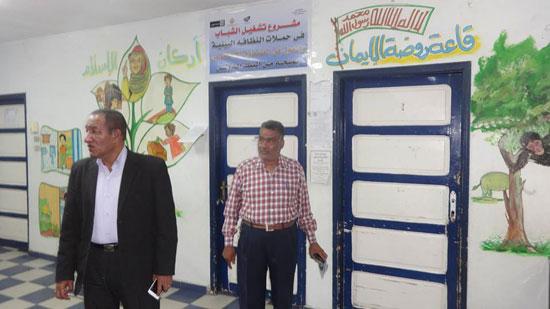 رئيس مدينة الإقصر يناقش مشروع تشغيل الشباب فى حملات النظافة البيئية (2)