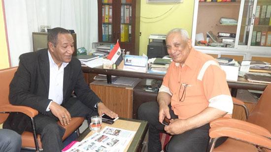 رئيس مدينة الإقصر يناقش مشروع تشغيل الشباب فى حملات النظافة البيئية (3)