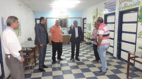 رئيس مدينة الإقصر يناقش مشروع تشغيل الشباب فى حملات النظافة البيئية (4)