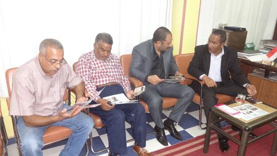 رئيس مدينة الإقصر يناقش مشروع تشغيل الشباب فى حملات النظافة البيئية (5)