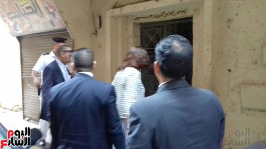 وزيرة الهجرة أثناء توجهها لزيارة أسرة الشاب المعتدى عليه بالكويت (1)