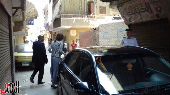 وزيرة الهجرة أثناء توجهها لزيارة أسرة الشاب المعتدى عليه بالكويت (2)