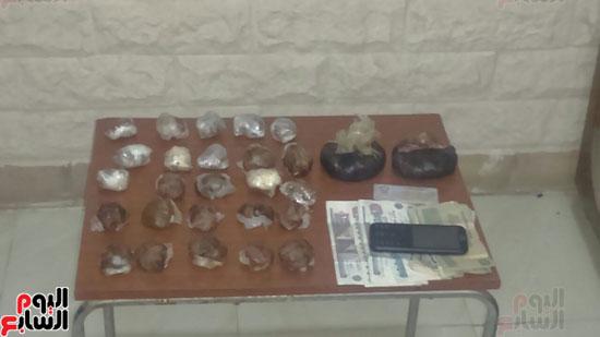 مكافحة المخدرات بسوهاج تضبط سائقا أثناء ترويجه كيلو ونصف أفيون بطهطا (1)