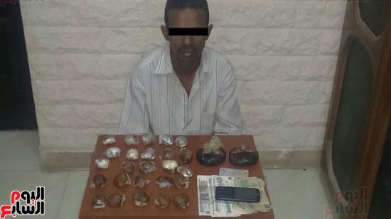 مكافحة المخدرات بسوهاج تضبط سائقا أثناء ترويجه كيلو ونصف أفيون بطهطا (2)