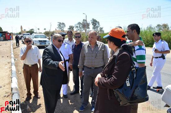 محافظ الإسماعيلية يتفقد محور طريق المدخل الرئيسى لقرية سرابيوم (2)