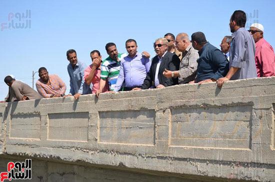 محافظ الإسماعيلية يتفقد محور طريق المدخل الرئيسى لقرية سرابيوم (6)
