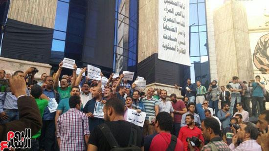 وقفة احتجاجية للصحفيين على سلالم النقابة احتجاجا على احتجاز يحيى قلاش (1)