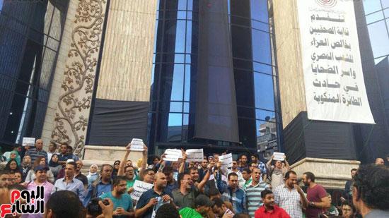 وقفة احتجاجية للصحفيين على سلالم النقابة احتجاجا على احتجاز يحيى قلاش (2)