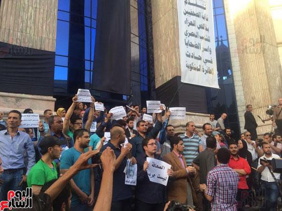 وقفة احتجاجية للصحفيين على سلالم النقابة احتجاجا على احتجاز يحيى قلاش (3)